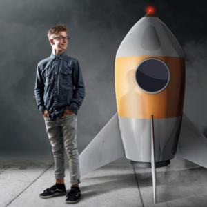 Mies seisoo raketin vieressä