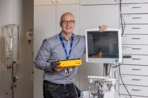 Jukka Sassi esittelee laitteita