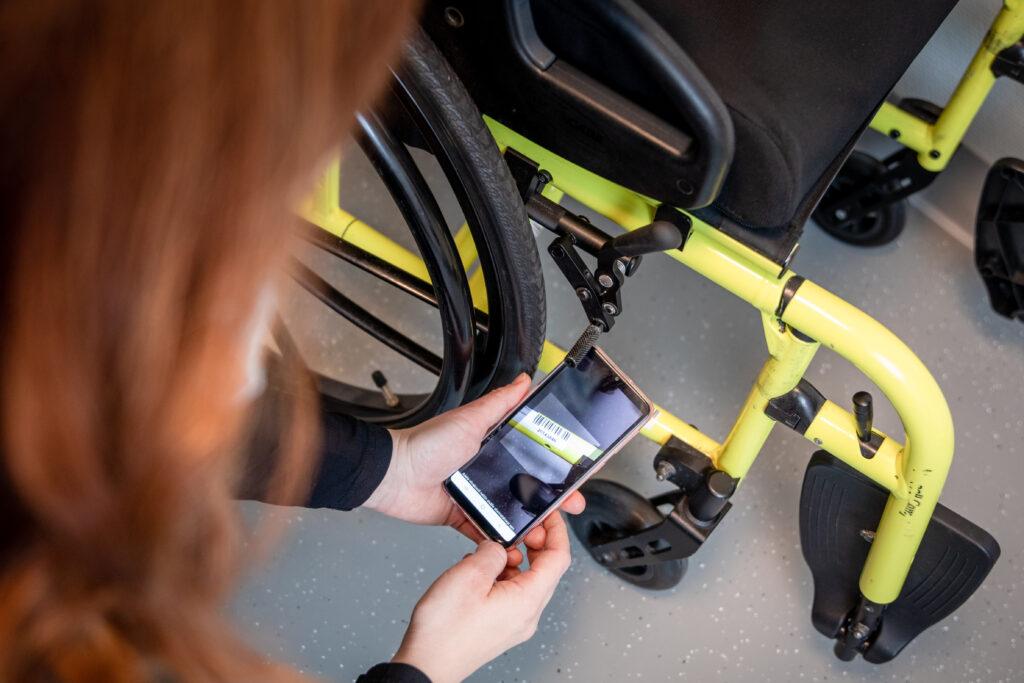 Effector Mobilella luetaan apuvälineen viivakoodi