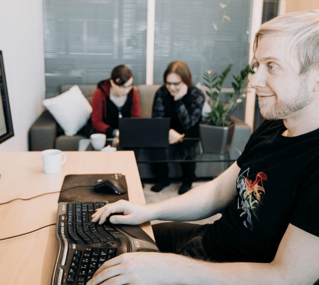 Työntekijät käyttävät töitä tietokoneella