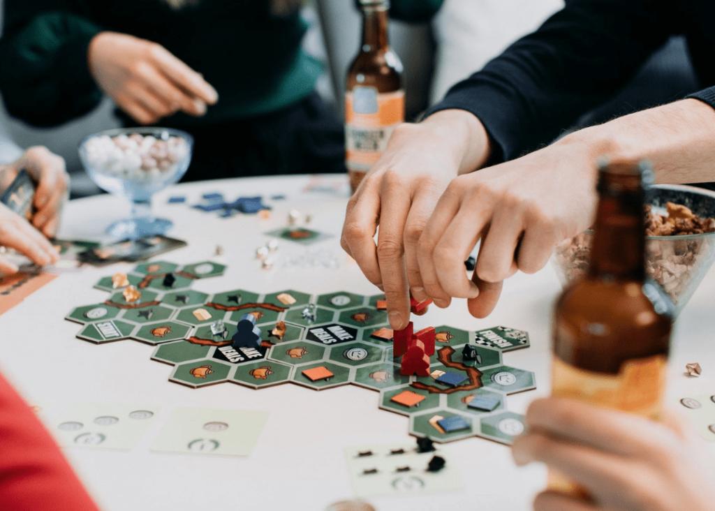 Polyconilaiset pelaamassa lautapeliä